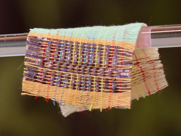 Гибридная ткань преобразует в электричество солнечный свет и механическую энергию - 1