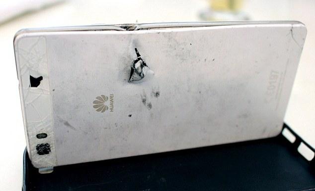 Смартфон Huawei P8 Lite спас жизнь человеку, остановив пулю грабителя