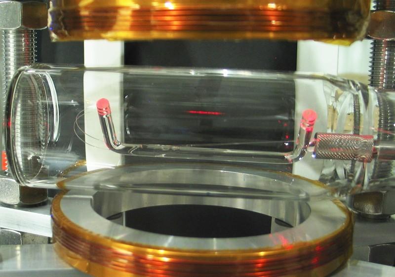 Физики повесили зеркало из 2000 атомов рядом с оптоволокном - 1