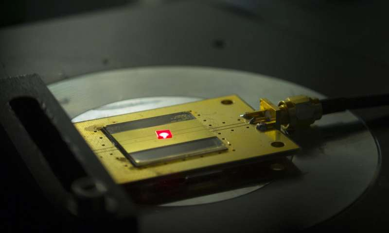 Специалисты из Гарварда создали из алмаза самый маленький радиоприемник в мире - 1