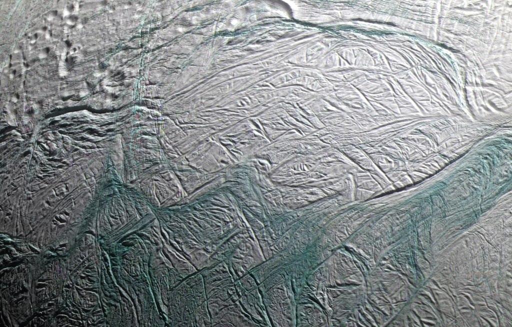 Европейское космическое агентство: поверхность Энцелада прогревается изнутри - 1