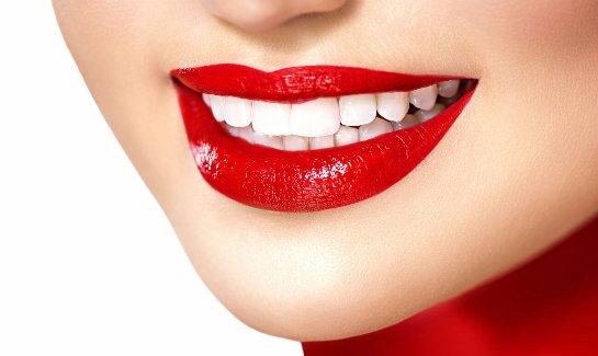 С помощью активированного угля можно отбеливать зубы