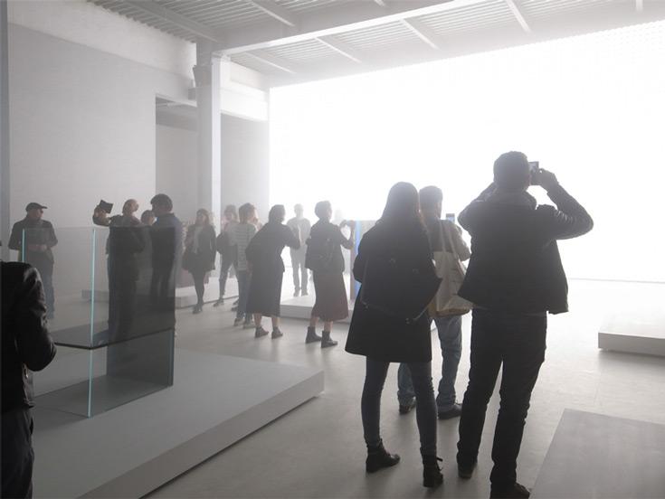 Светящуюся стену спроектировал японский дизайнер Tokujin Yoshioka