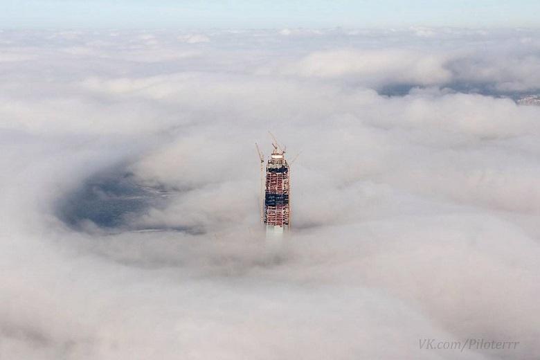 Башня Лахта Центра и облака