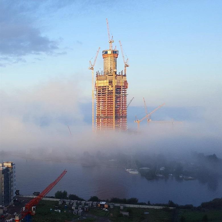 Низкие облака и башня Лахта Центра