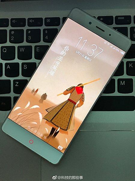 Смартфон Nubia Z17 позирует на фото