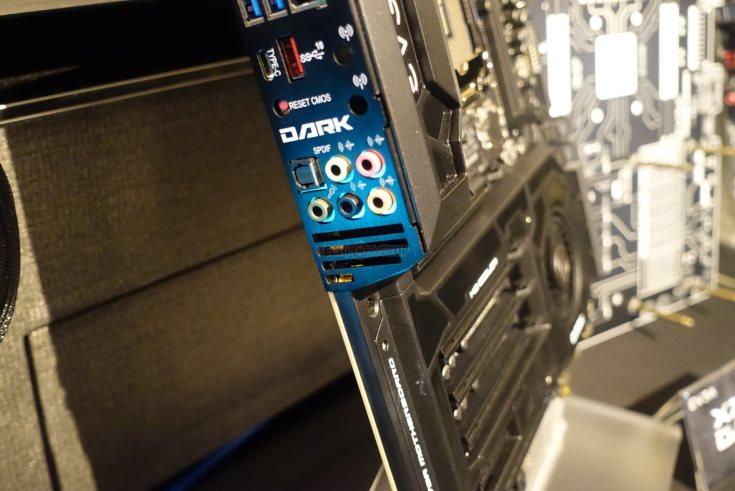 Оформление участка EVGA X299 Dark с шестью слотами расширения напоминает 3D-карту