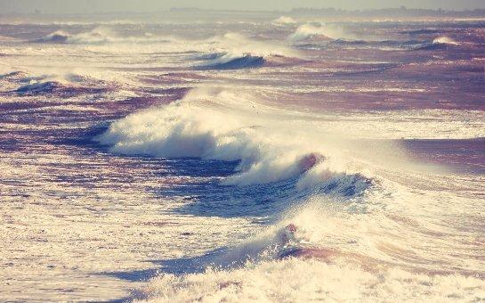 Ученые заявили, что приливы и отливы на Земле зависят от Луны лишь частично