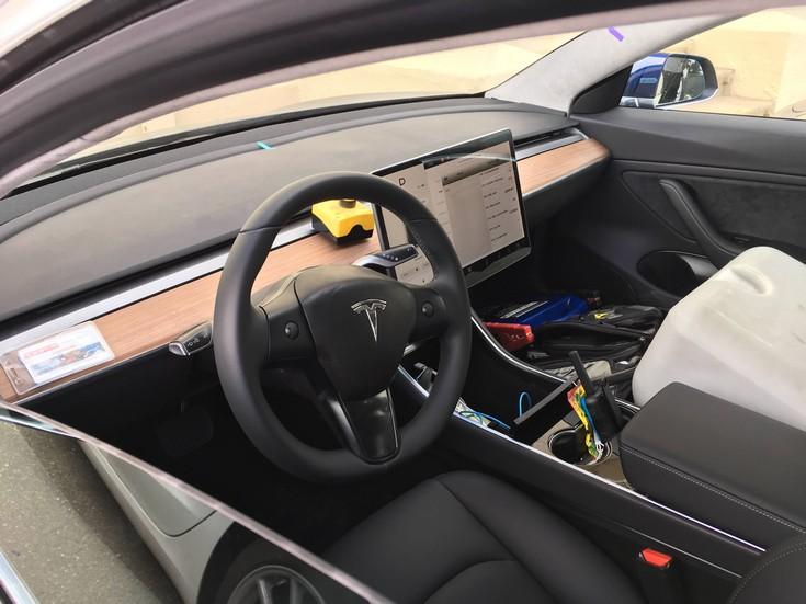 Новые снимки автомобиля Tesla Model 3 демонстрируют отсутствие приборной панели и ручку АКПП с режимом автопилота - 4
