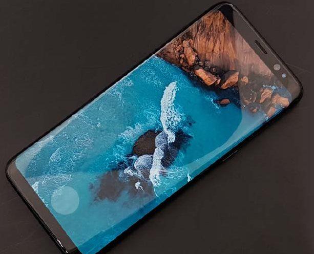По слухам, оптический сканер отпечатков пальцев засвечивает дисплей смартфонов Samsung