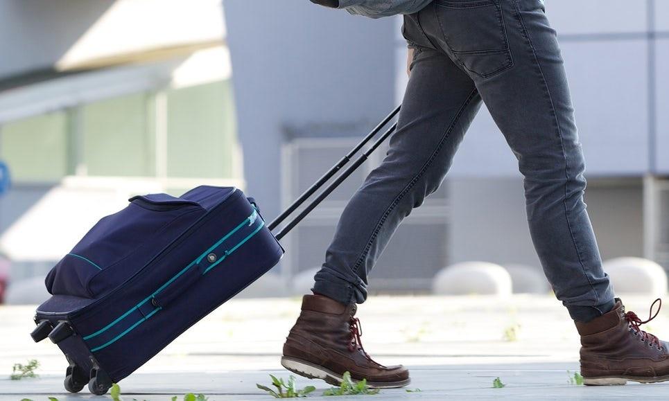 Физики объяснили, как успокоить чемодан на двух колёсиках, который раскачивается из стороны в сторону - 1
