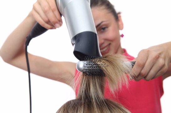 Сушка волос в естественных условиях вредит им больше, чем фен