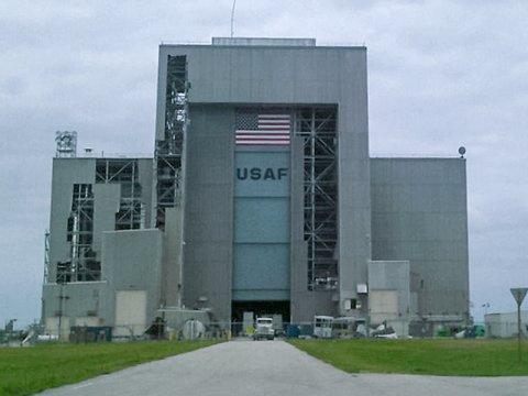Под ударами стихии: Космический центр Кеннеди готовится к урагану «Ирма» - 10
