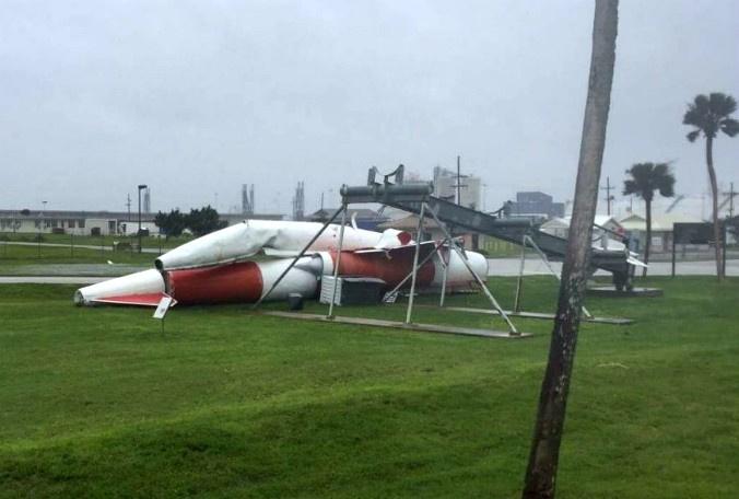 Под ударами стихии: Космический центр Кеннеди готовится к урагану «Ирма» - 11