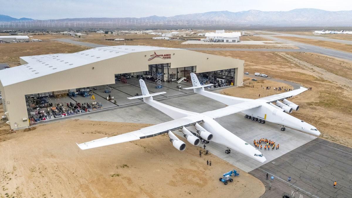 Крупнейший в мире самолёт Stratolaunch проверил двигатели и топливную систему - 1