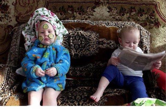 Дети копируют своих родителей уже с 15 месяцев