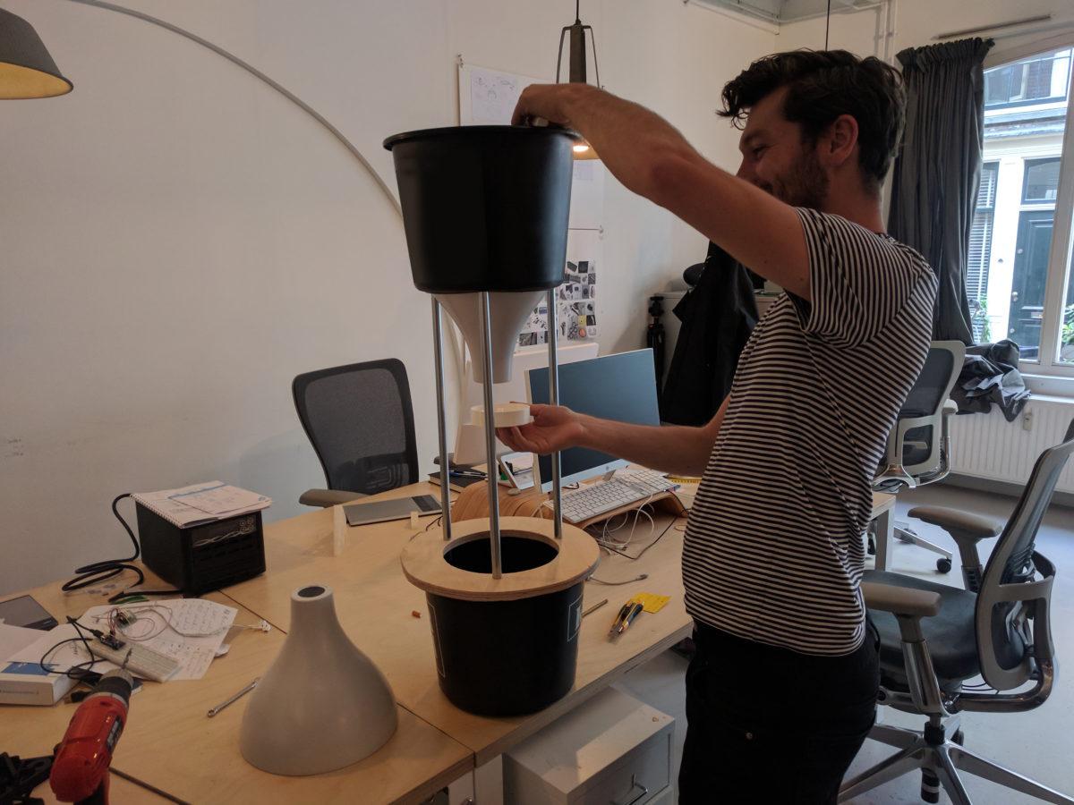 Голландский стартап учит ворон обменивать окурки на еду - 5