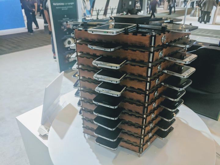 Samsung показал ферму для майнинга биткоинов, состоящую из 40 старых Galaxy S5s - 1