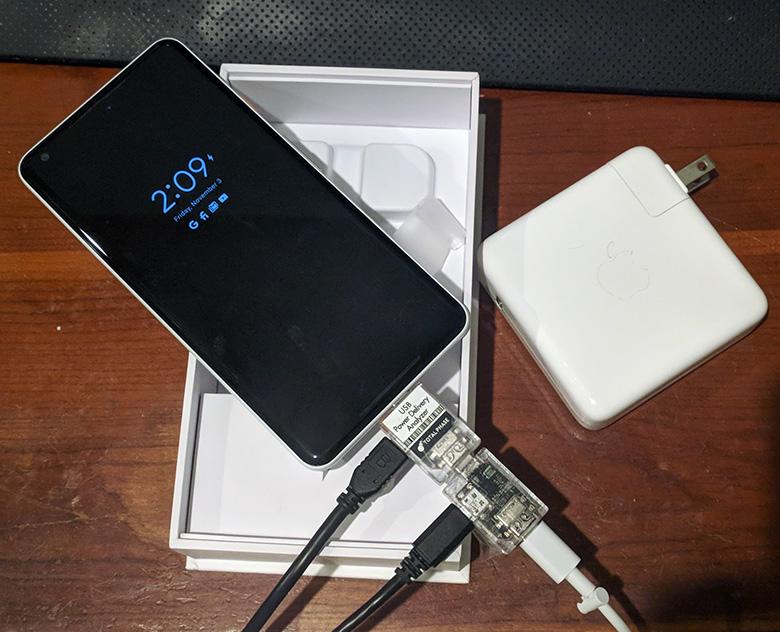 Мощность, потребляемая от зарядного устройства, ограничена 10,5 Вт