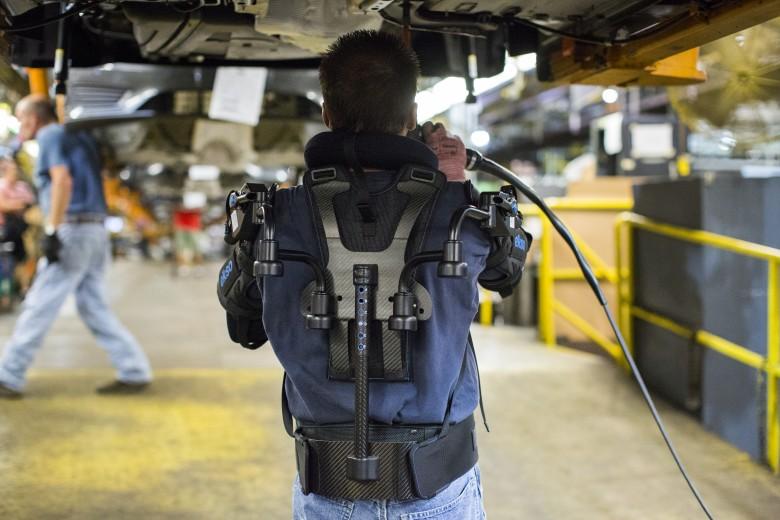 Ford испытывает новый экзоскелет для работы с поднятыми руками над головой - 2