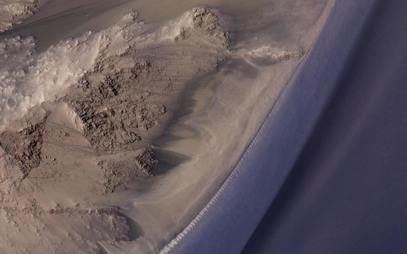 Следы потоков воды на Марсе — просто песчаные оползни - 1
