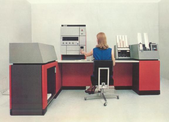 Рисунок 4. Средний компьютер IBM System/3 Model 10 с оператором.