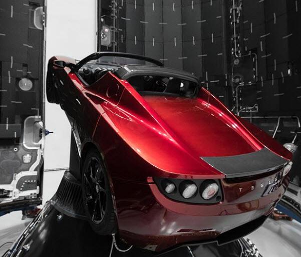 Илон Маск показал электромобиль Tesla Roadster, который отправят в космос
