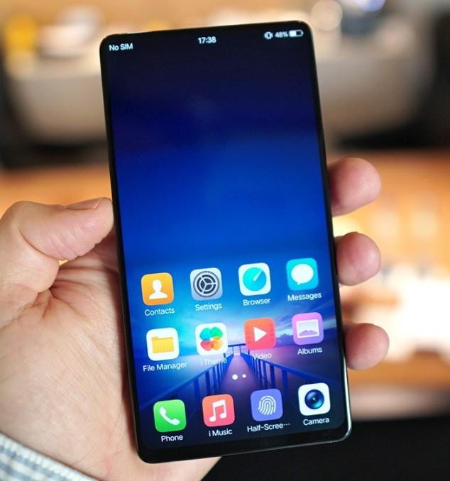 Экран занимает 98% площади лицевой панели смартфона Vivo Apex, который оснащен выдвижной камерой