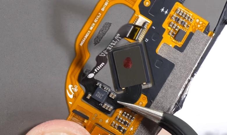 Подэкранный сканер отпечатков пальце в смартфоне Vivo X20 Plus UD оказался достаточно крупным