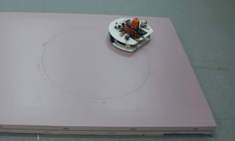 Несколько маленьких роботов вырезают мебель по компьютерному макету - 1