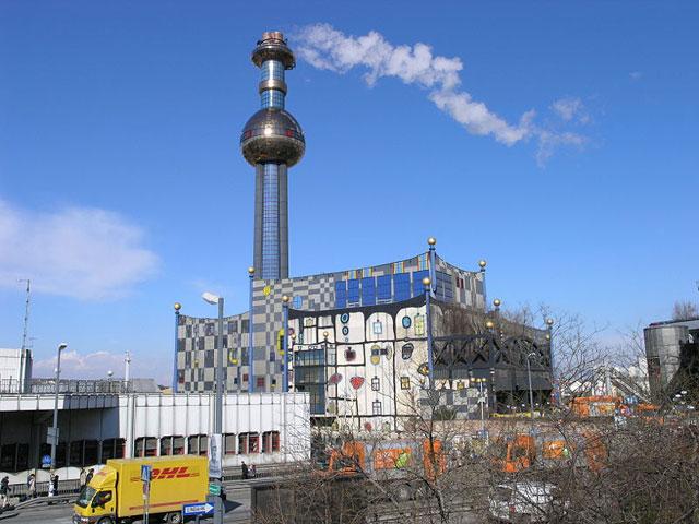 Завод по сжиганию мусора архитектора Хундертвассера похож на сказочный разноцветный замок, на его стенах нарисованы окна различных размеров, красные сердца, круги