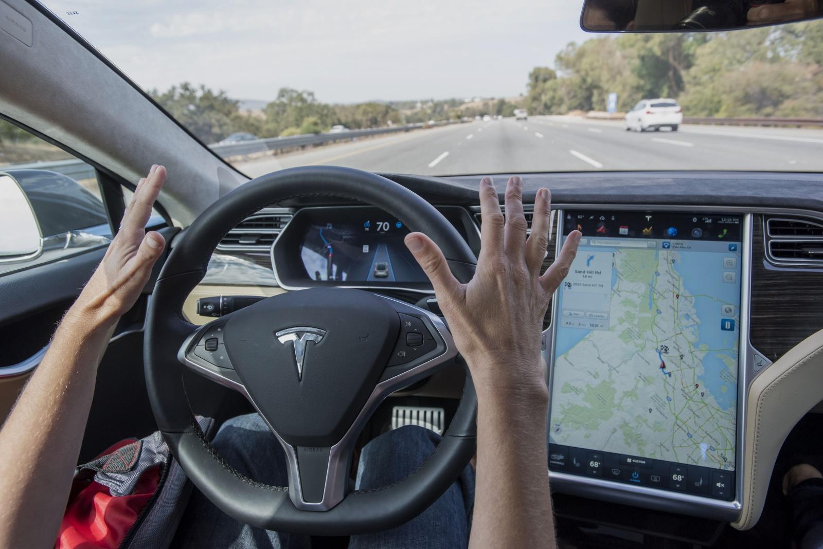 Autopilot электромобилей Tesla путается в разметке на сложных участках дороги - 1