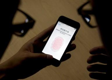 Следователи без ордера зашли в похоронное бюро, чтобы разблокировать телефон пальцем покойного. Закон не нарушен - 1