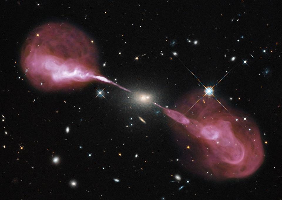 Спросите Итана: как излучение Хокинга и релятивистские струи убегают от притяжения чёрной дыры? - 2