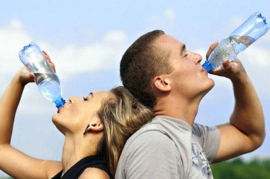 Диетологи рассказали, каким образом лучше пить воду