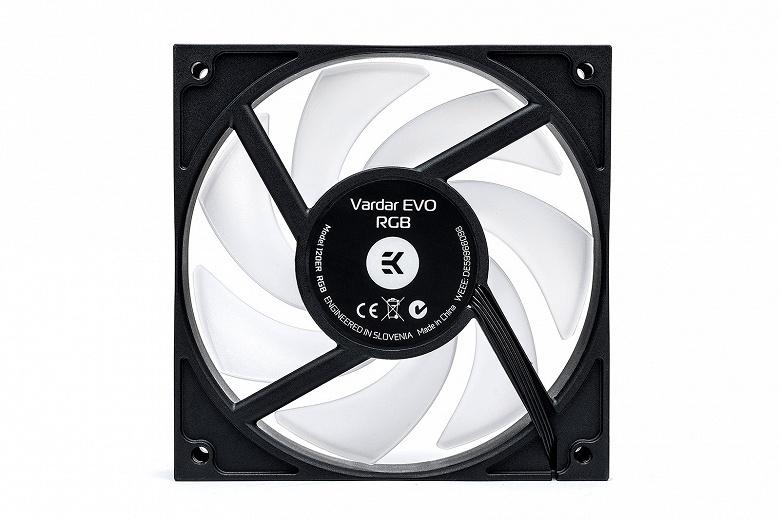 Вентилятор EK-Vardar EVO 120ER RGB украшен полноцветной подсветкой