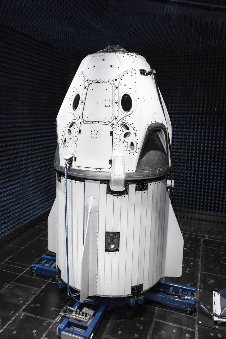 Маск показал пилотируемый космический корабль Crew Dragon