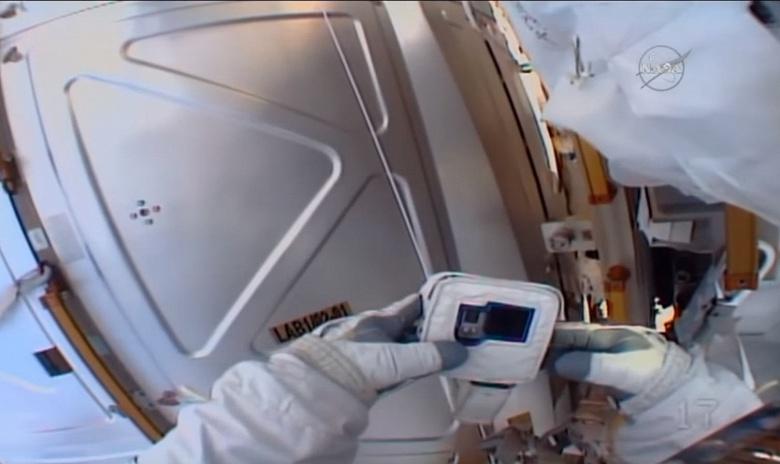 Видео дня: астронавт забыл вставить карточку в камеру перед выходом в космос
