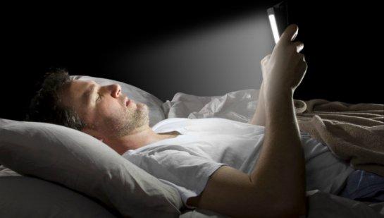 Использование гаджетов перед сном оказывает влияние на здоровье человека