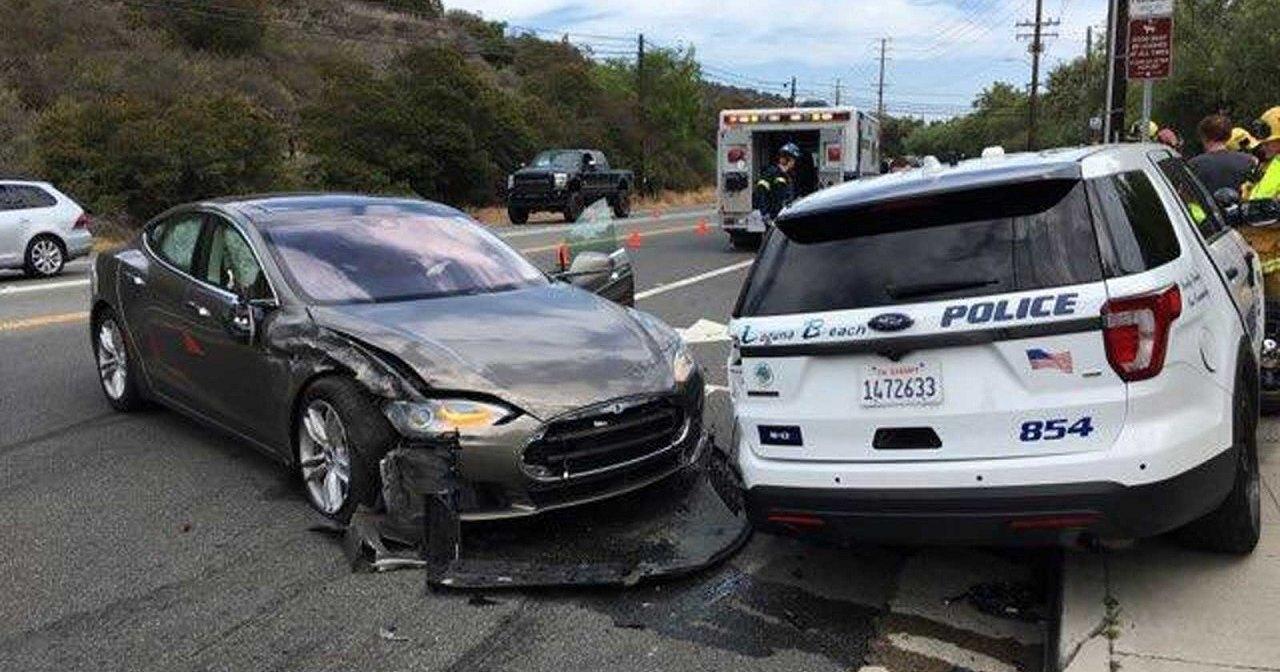 Tesla на автопилоте атаковала полицейскую машину