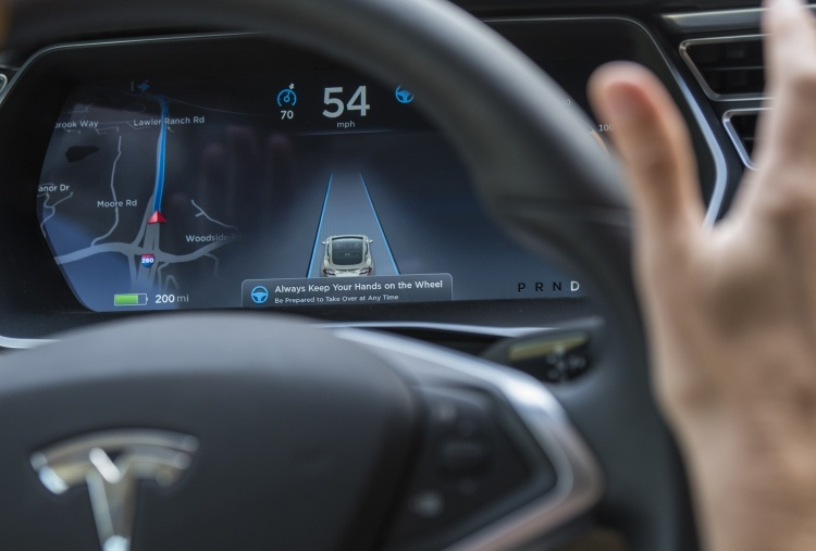 За секунды до аварии Tesla Model X увеличил скорость