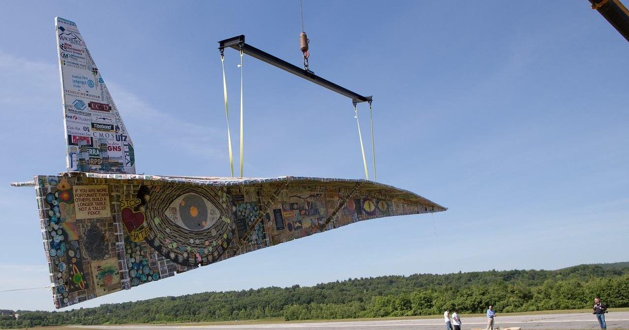 Самый большой в мире бумажный самолет поднялся в воздух: видео