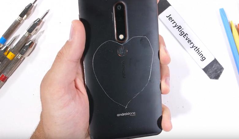 Смартфон Nokia 6.1 успешно прошёл все испытания блогера JerryRigEverything