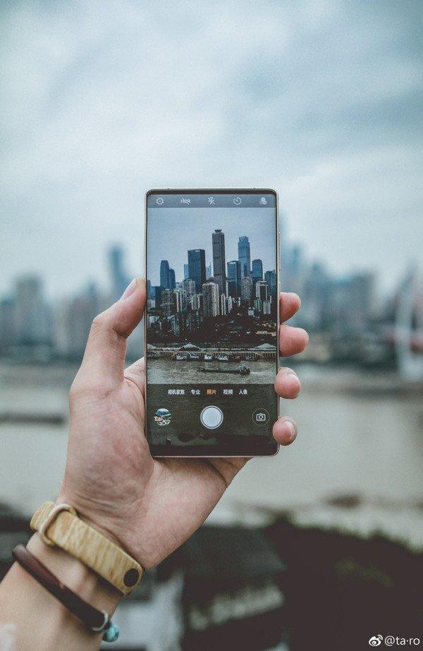 Новое изображение смартфона Nubia Z18: рамки вокруг экрана есть, а выреза вверху – нет - 1