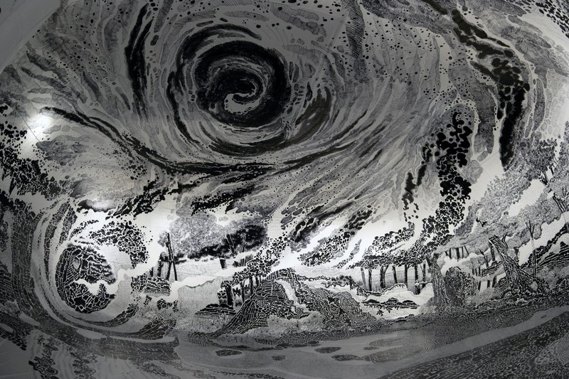 Художник создал объемную панораму внутри огромного надувного шара