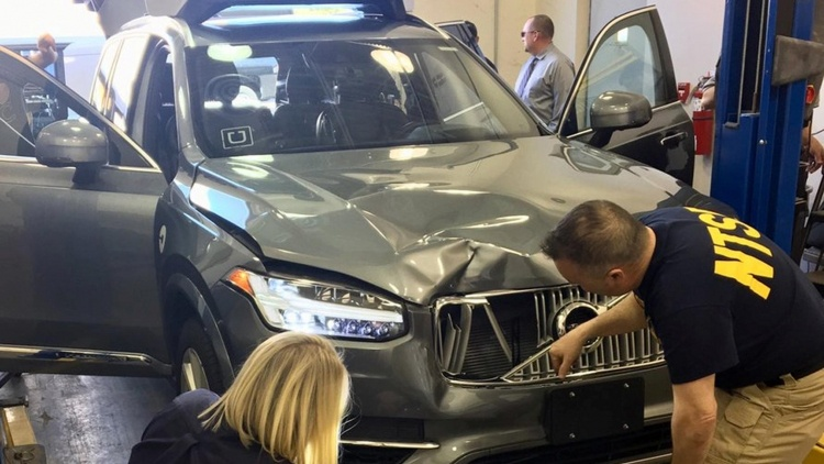 За мгновения до аварии сотрудница Uber за рулём робомобиля смотрела телешоу