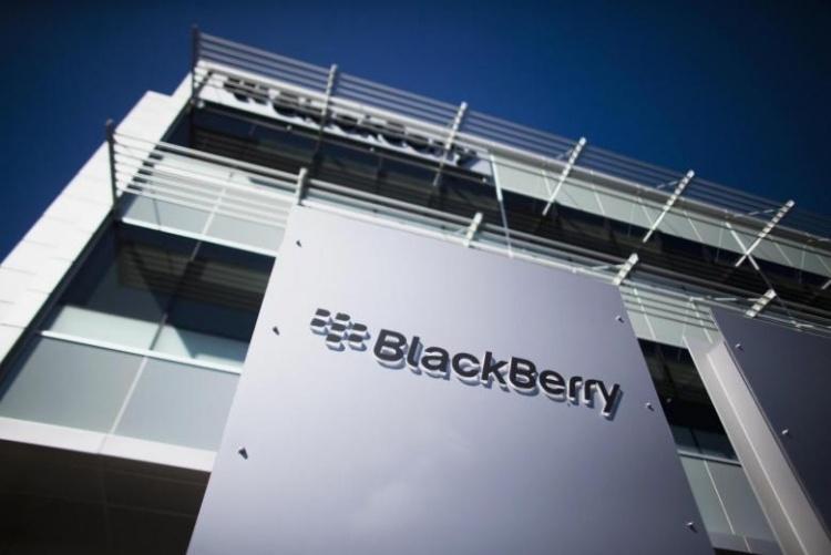 BlackBerry терпит убытки и теряет выручку