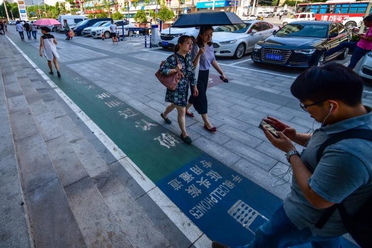 В Китае появилась ещё одна пешеходная полоса для смартфонозависимых