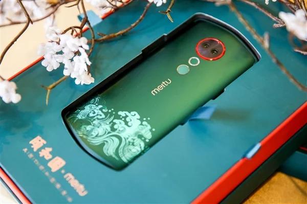 Смартфон Meitu T9 Summer Palace Limited Edition к нестандартной форме корпуса добавил узоры на корпусе