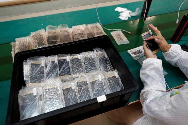 Фотогалерея дня: изготовление смартфонов с задней крышкой из коры пробкового дуба